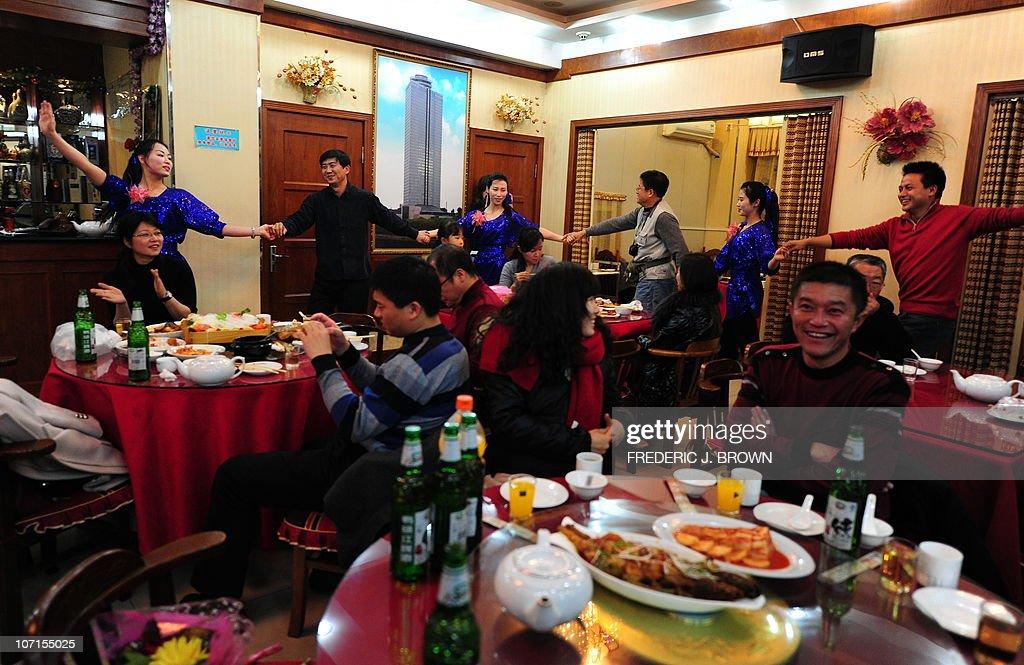 North Korean waitresses dance with custo : News Photo