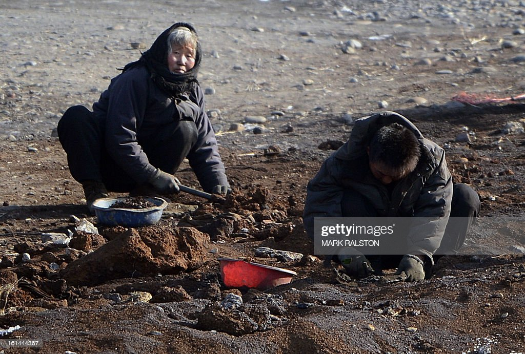 North Korean workers dig in temperatures on the banks of the Yalu River at the North Korean town of Sinuiju on February 11, 2013 across from the Chinese city of Dandong. A North Korean state media outlet has accused the United States of 'jumping to conclusions' that the North would soon stage a nuclear test, adding to the confusion over its immediate intentions. The US and its ally South Korea are 'fussing over speculation' without knowing exactly what action the North plans to take, Tongil Sinbo, a Japan-based pro-North weekly magazine funded by Pyongyang, said. AFP PHOTO/Mark RALSTON