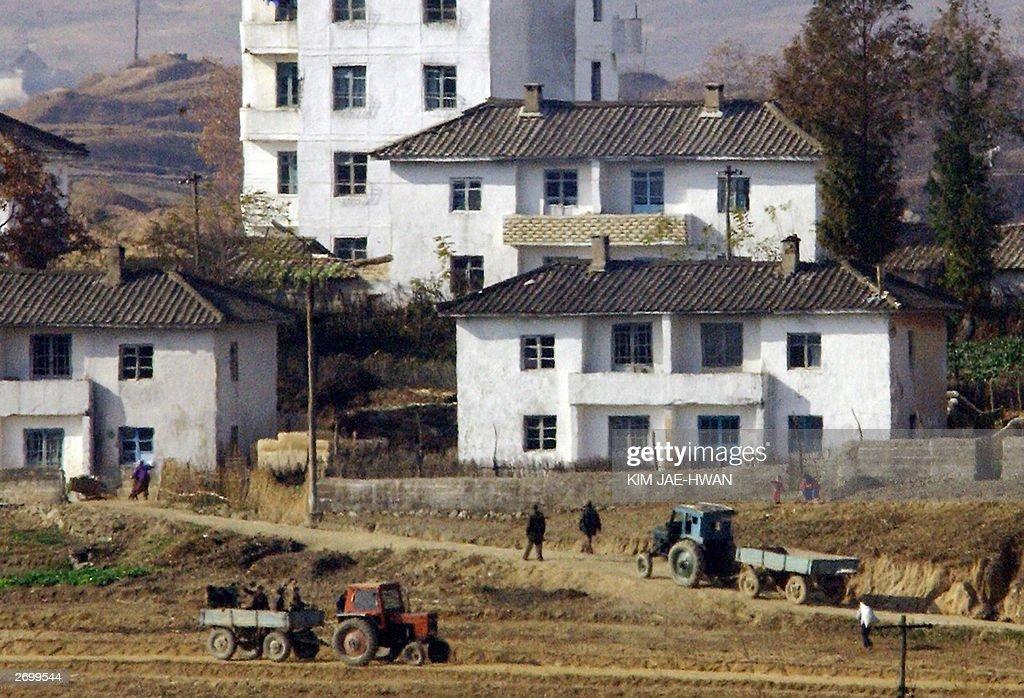 North Koreans work on the field of Kijon : News Photo