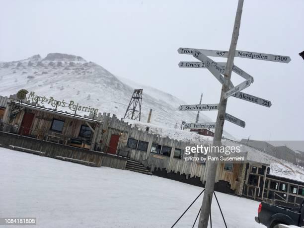 north pole directional sign post, longyearbyen, svalbard - inclinando se - fotografias e filmes do acervo