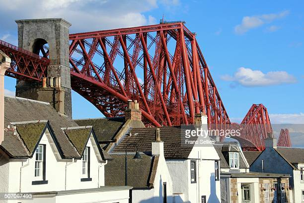 north queensferry with the beautiful forth bridge - frans sellies stock pictures, royalty-free photos & images