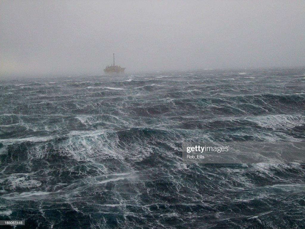 North Sea Oilrig Storm : Stock-Foto