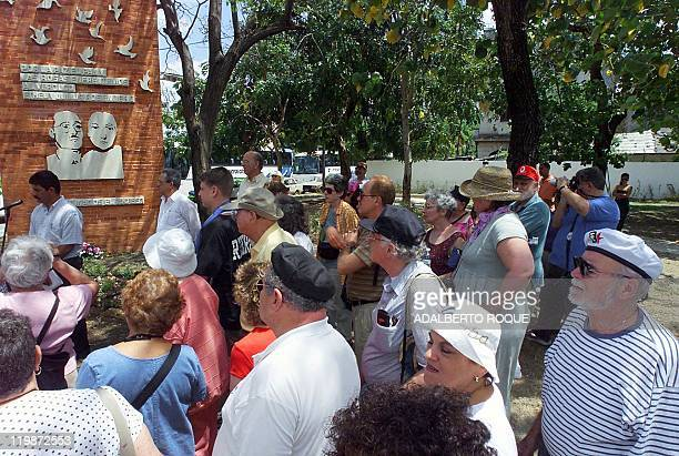 NorthAmerican Jews on a trip to Cuba visit a monument 24 April 2000 to Ethel and Julius Rosenberg who were tried and found guilty of providing atomic...