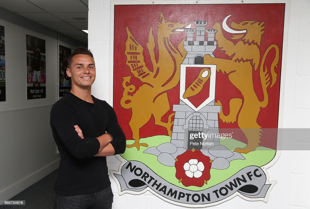 Billy Waters Signs For Northampton Town  FC : Fotografía de noticias