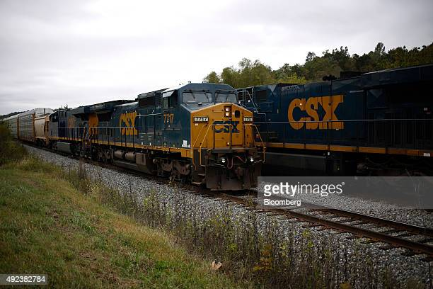 A northbound CSX Corp auto rack freight train left passes a southbound CSX train in the siding at Bonnieville Kentucky US on Thursday Oct 1 2015 CSX...