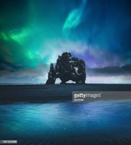 northen lights over hvitserkur in iceland - islanda foto e immagini stock