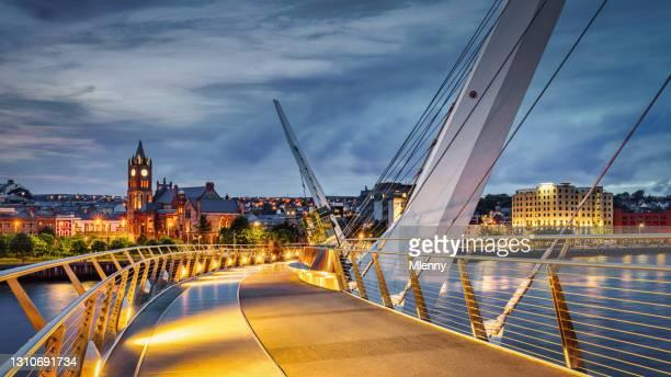 nordirland derry peace bridge river foyle night panorama londonderry - nordirland bildbanksfoton och bilder