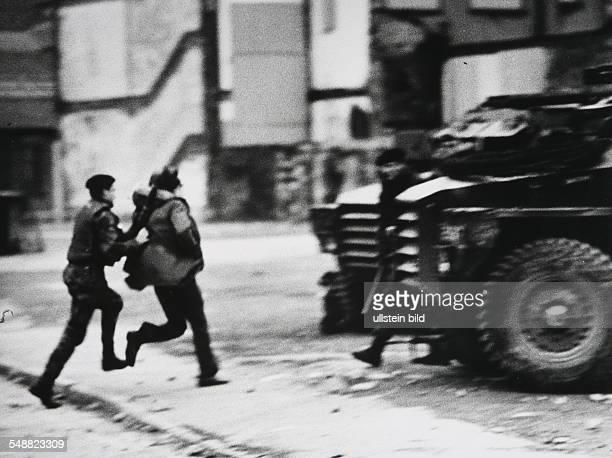 Northern Ireland, Londonderry: British troops arrest a IRA sympathizer