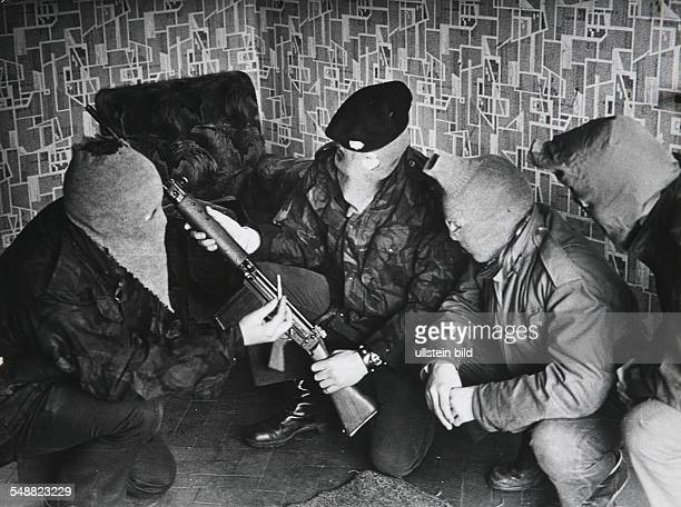 GBR Northern Ireland Londonderry IRA army checking a weapon