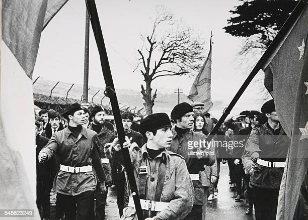 Northern Ireland, Londonderry: Members of the IRA marching with the Irish Tricolore.