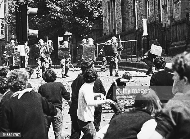 Northern Ireland, Londonderry: Street battle in Londonderry.