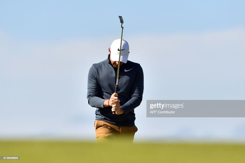 Northern Ireland's Rory McIlroy reacts after missing a putt on the 9th green during his opening round on the first day of the Open Golf Championship at Royal Birkdale golf course near Southport in north west England on July 20, 2017. / AFP PHOTO / Ben STANSALL / RESTRICTED