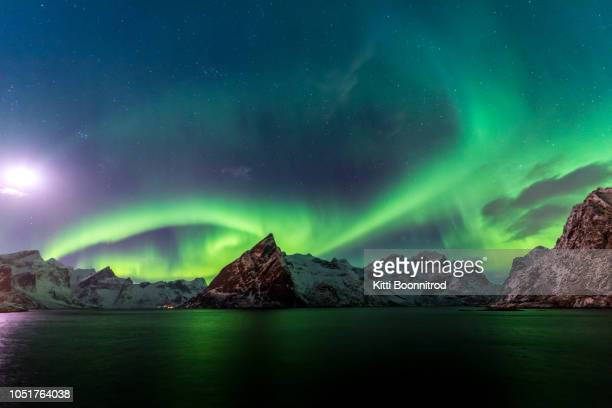 northern light or aurora borealis over norwegian mountains, hamnoy, lofoten island, norway - licht natuurlijk fenomeen stockfoto's en -beelden