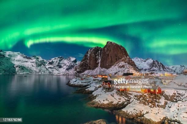 northern lights above festhelltinden peak and hamnoy, lofoten islands. - cultura norvegese foto e immagini stock