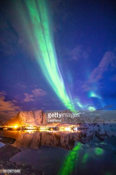 aurora boreal no céu das ilhas lofoten, na noruega - noruega - fotografias e filmes do acervo