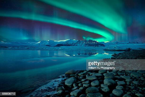 northern lights over jökulsárlón glacier lagoon - aurora polaris stock pictures, royalty-free photos & images