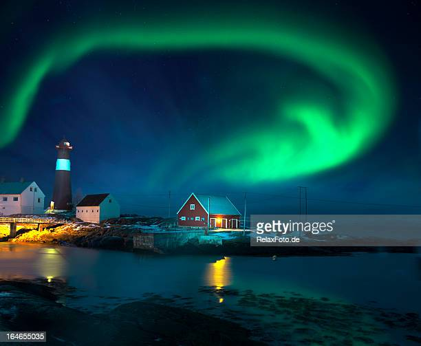 northern lights (aurora boreal) de lighthouse seaside en invierno - noruega fotografías e imágenes de stock