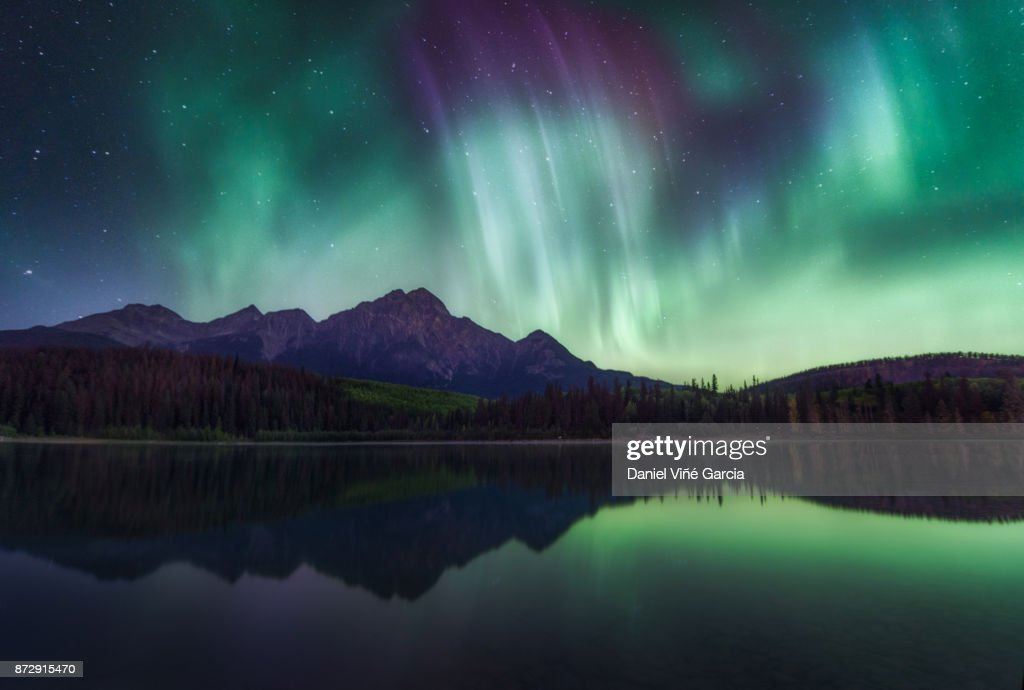 Northern Lights over the Patricia Lake in Jasper National Park, Alberta, Canada. : Stock-Foto