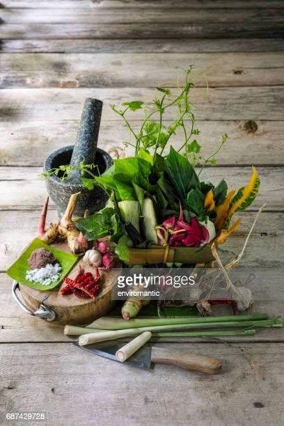 """Nördlichen Thai Kräuter, Gewürze und Gemüse für einen nördlichen Thai traditionelle Rezept genannt """"Gaeng Khae"""", was ein Curry ist ein saisonales aus Blumen und Kräutern mischen, und können mit Freilandhaltung Hühner- oder Schweinefleisch gekocht werden."""