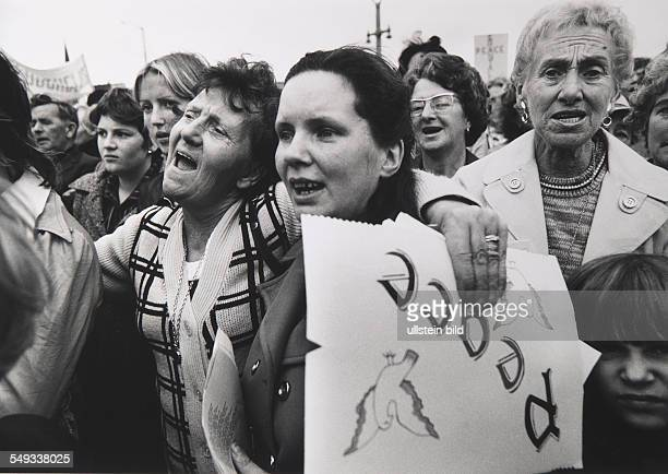 NorthernIreland LondonDerry protestant and catholic women demonstrating against the civil war for peace