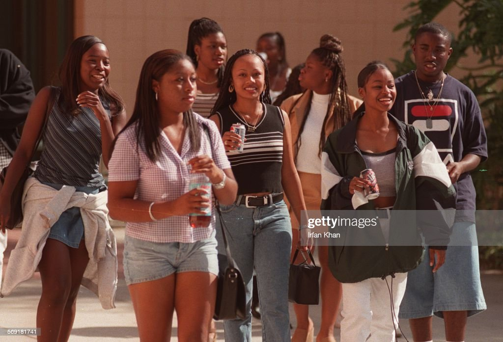 SF.CSUN.4.1104.IK ; Northridge, Nov. 04A group of Kennedy High school students arrives to attend a m : ニュース写真