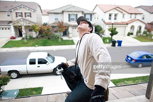 NorthWoods inspector Manny Nevarez inspects a foreclosed home for needed repairs December 2 2008 in Sacramento California Many foreclosed homes need...