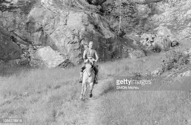 Norvège Juillet 1957 Tournage du film 'Les Vikings' produit par Kirk Douglas et réalisé par Richard Fleischer En extérieur entouré de montagne Kirk...