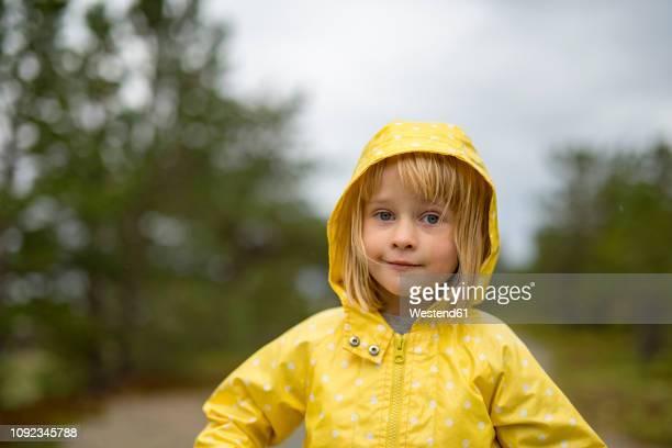 norway, blond girl wearing rainjacket - alleen één meisje stockfoto's en -beelden