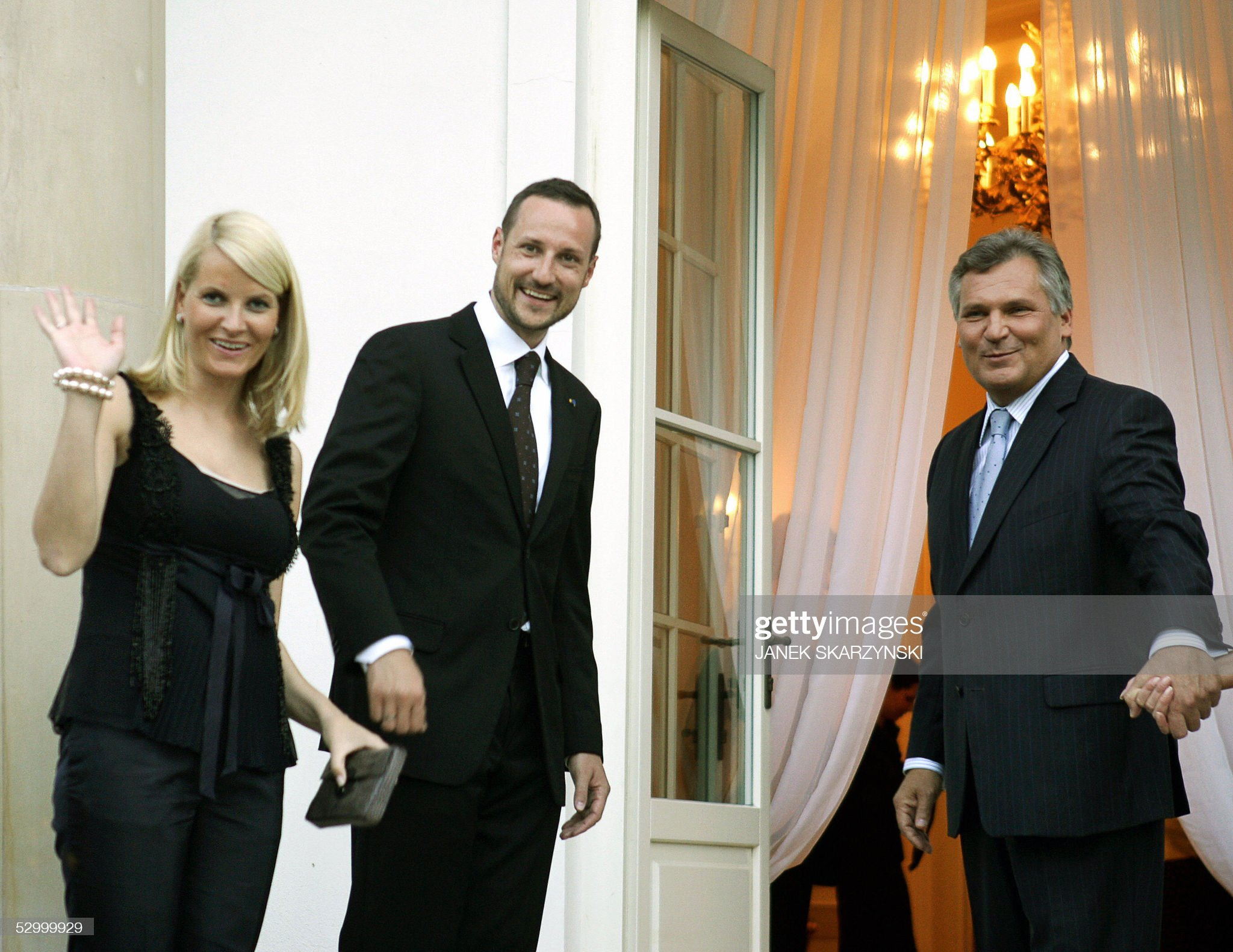 Norway Crown Princess Mette-Marit(L) wav : News Photo
