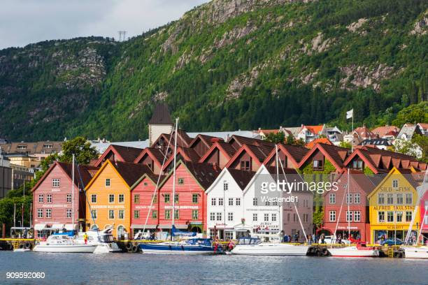 norway, hanseviertel bryggen, harbour with colorful houses - ノルウェー ストックフォトと画像