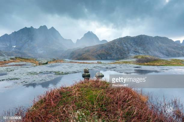 norway, lofoten, nusfjord - kustlijn kust karakteristiek stockfoto's en -beelden