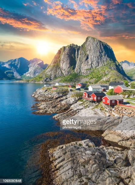 noruega vista panorámica de las islas lofoten en noruega con el atardecer panorámico - noruega fotografías e imágenes de stock