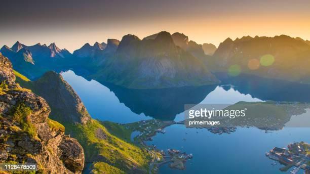 vista panorámica de noruega islas lofoten en noruega con puesta del sol escénica - north fotografías e imágenes de stock