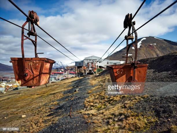 norway, spitsbergen, longyearbyen, old remains of coal mine, historic ropeway conveyor - kolgruva bildbanksfoton och bilder