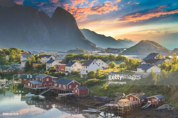 Norvège, vue sur les îles Lofoten en Norvège avec coucher de soleil scenic