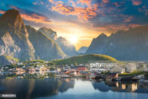 noruega, vista de las islas lofoten en noruega con panorámica al atardecer - noruega fotografías e imágenes de stock