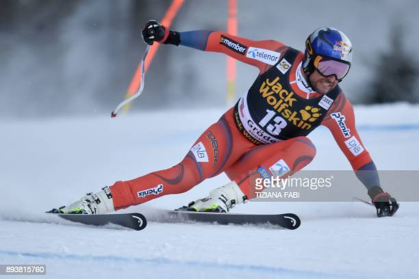 Norway's Aksel Lund Svindal competes in the FIS Alpine World Cup Men Downhill on December 16 2017 in Val Gardena Groeden Italian Alps / AFP PHOTO /...