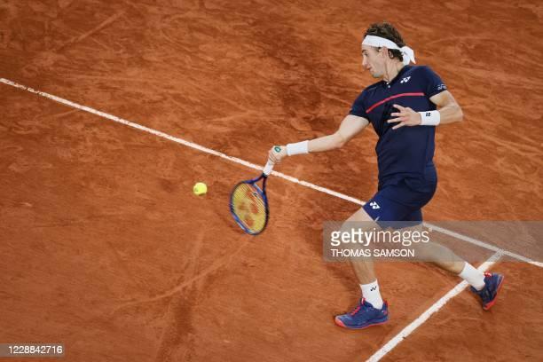 Norway's Casper Ruud returns the ball to Austria's Dominic Thiem during their men's singles third round tennis match on Day 6 of The Roland Garros...