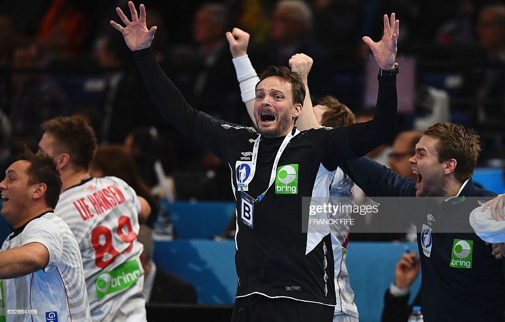 Norway's head coach Christian Berge (C) celebrates after winning the 25th IHF Men's World Championship 2017 semi-final handball match Croatia vs Norway on January 27, 2017 at the Accorhotels Arena in Paris. / AFP / FRANCK