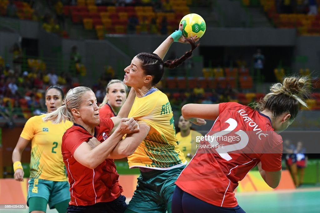 TOPSHOT - Norway's pivot Heidi Loke (L) vies with Brazil's right wing Eduarda Amorim during the women's preliminaries Group A handball match Norway vs Brazil for the Rio 2016 Olympics Games at the Future Arena in Rio on August 6, 2016. /