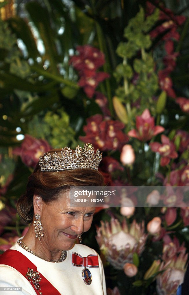 Norway?s Queen Sonja smiles before the b : News Photo