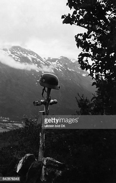 IIWK Norwegen deutsches Soldatengrab auf einem Hoehenzug von Ankenes Naehe Narvik 1940