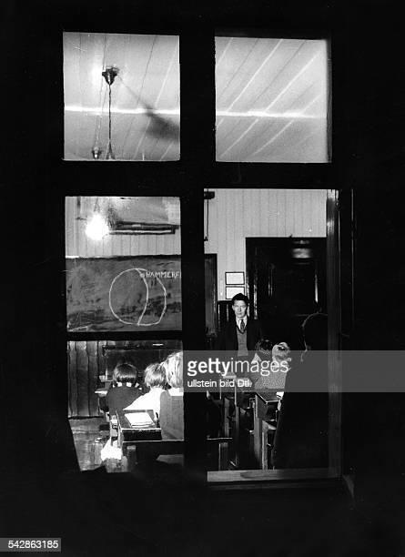 Norwegen Finnmarken Hammerfest zur Mittwinter Zeit Blick durch ein Fenster auf den Unterricht in einem Klassenzimmer zur Mittagszeit Dezember 1934