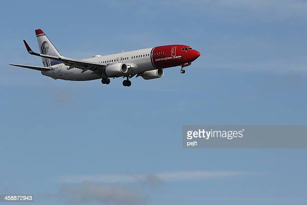 norwegian boeing jet landing at gatwick airport - pejft stock pictures, royalty-free photos & images