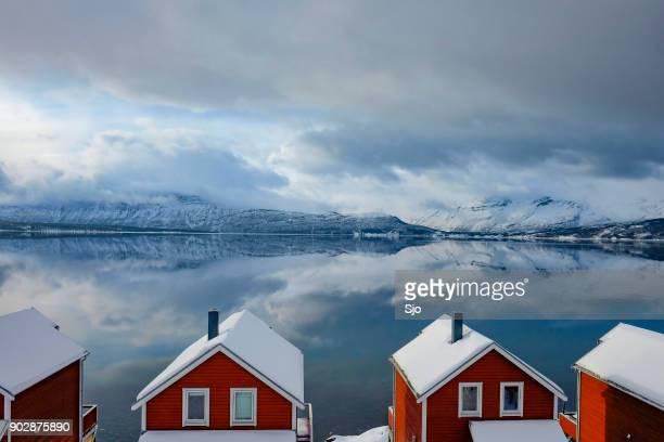 Noorse hutten aan de oever van de Fjord in het noorden van Noorwegen in de winter