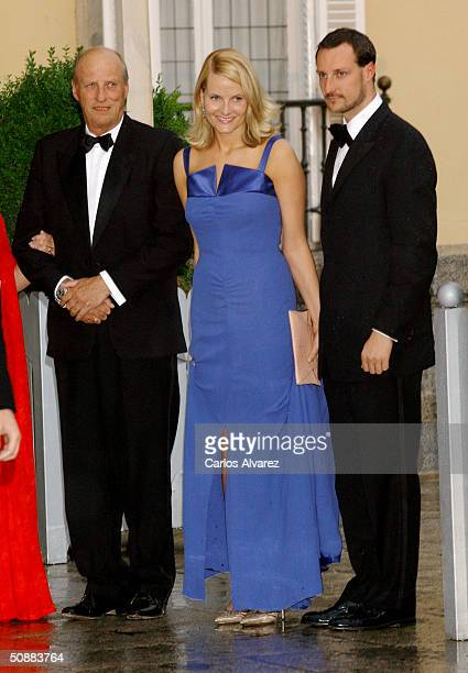 Norwegian Crown Prince Haakon and his wife Crown Princess Mette-Marit pose for a picture with King Harald V as they arrive to attend a gala dinner at...