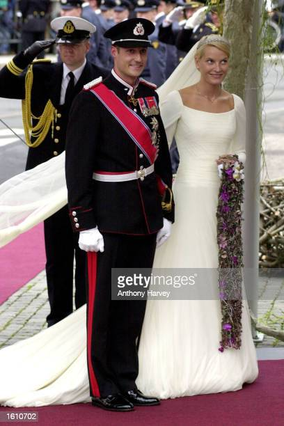 Norwegian Crown Prince Haakon and MetteMarit Tjessem Hoiby arrive for their wedding August 25 2001 at the Oslo Cathedral
