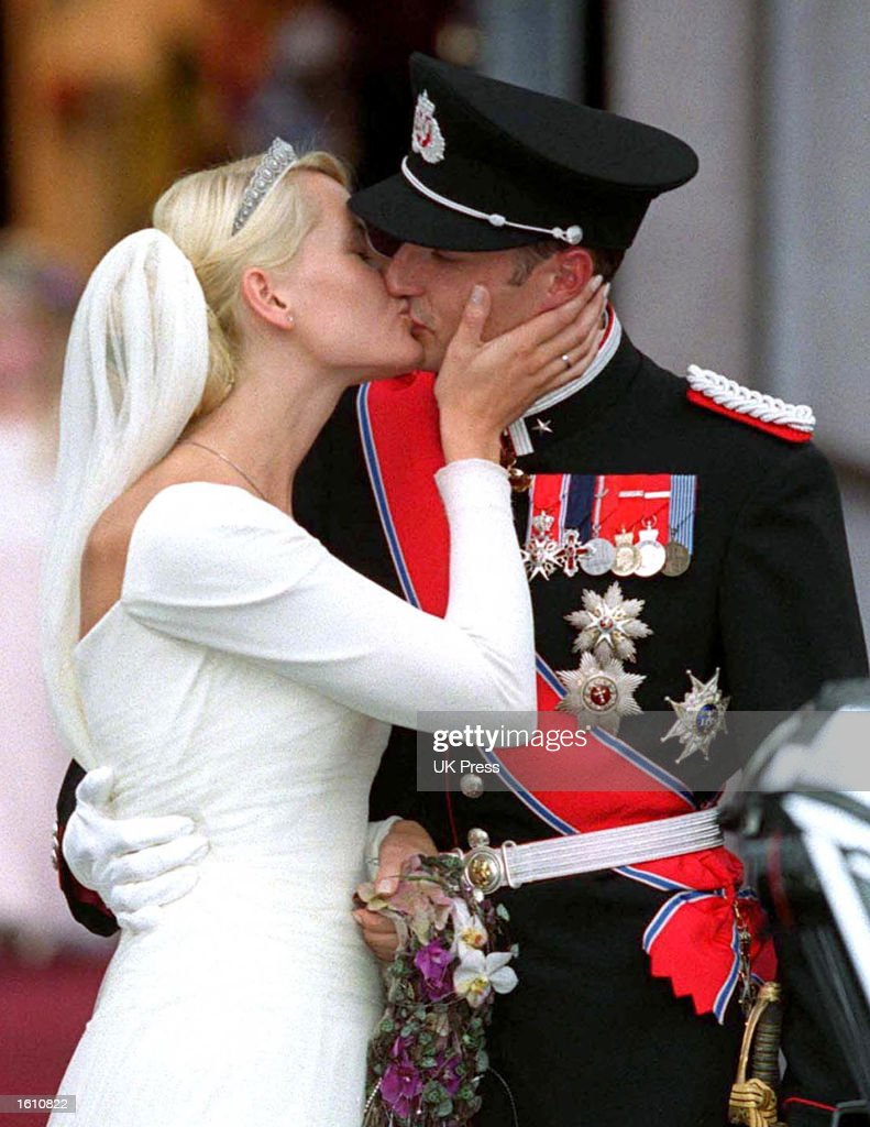 Norwegian Crown Prince Haakon and Mette-Marit Tjessem Hoiby kiss at the Oslo Cathedral August 25, 2001 after their wedding.
