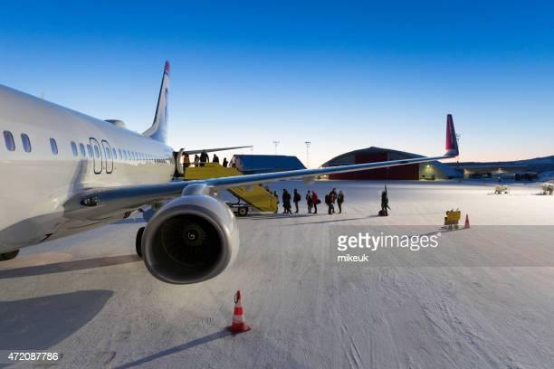Norwegische jet-Flugzeug im winter am Flughafen Kiruna in Schweden