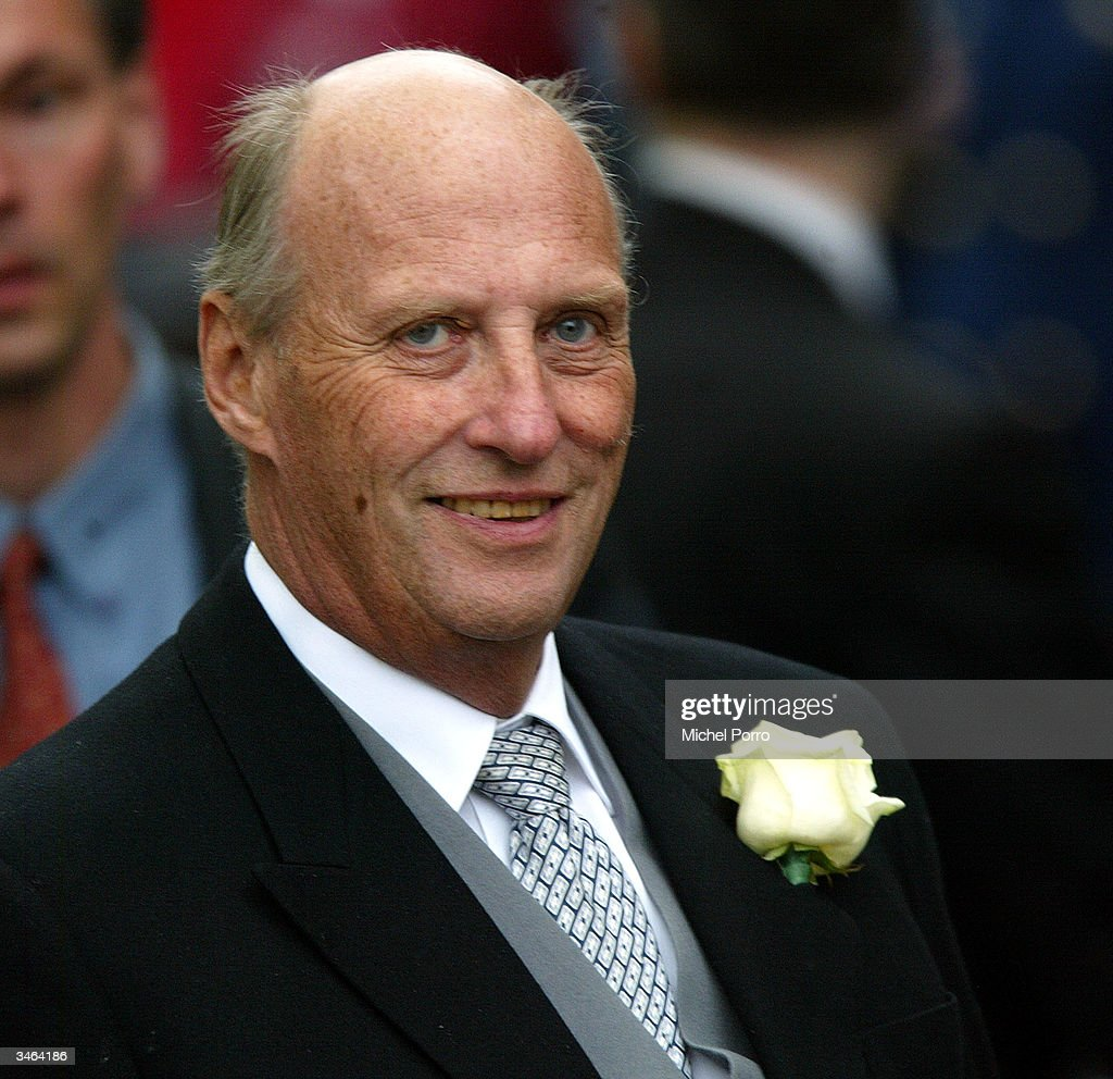 Norwegian King Harald, godfather to Prince Johan Friso, leaves the church ceremony after the wedding of Queen Beatrix's second son, Prince Johan Friso & Mabel Wisse Smit on April 24, 2004 in Delft, The Netherlands. The Dutch government, required by the constitution to approve royal marriages, refused to sanction this match because Wisse Smit had formerly had a relationship with the late gangster Klaas Bruinsma. The Prince thus gives up his claim to the throne, but does retain his royal title of Prince Of Oange-Nassau.